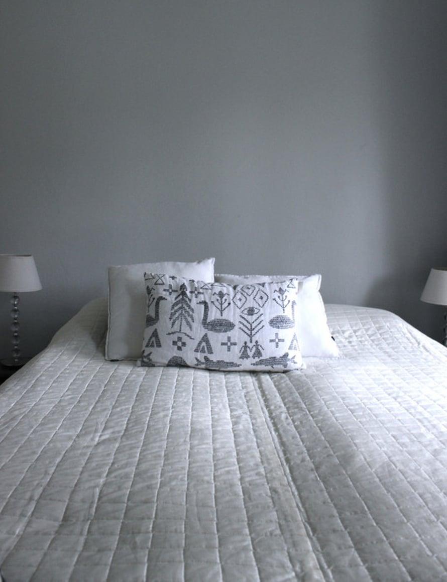 Ilman sängynpäätyä makuuhuoneen sisustus näyttää tylsältä ja viimeistelemättömältä.