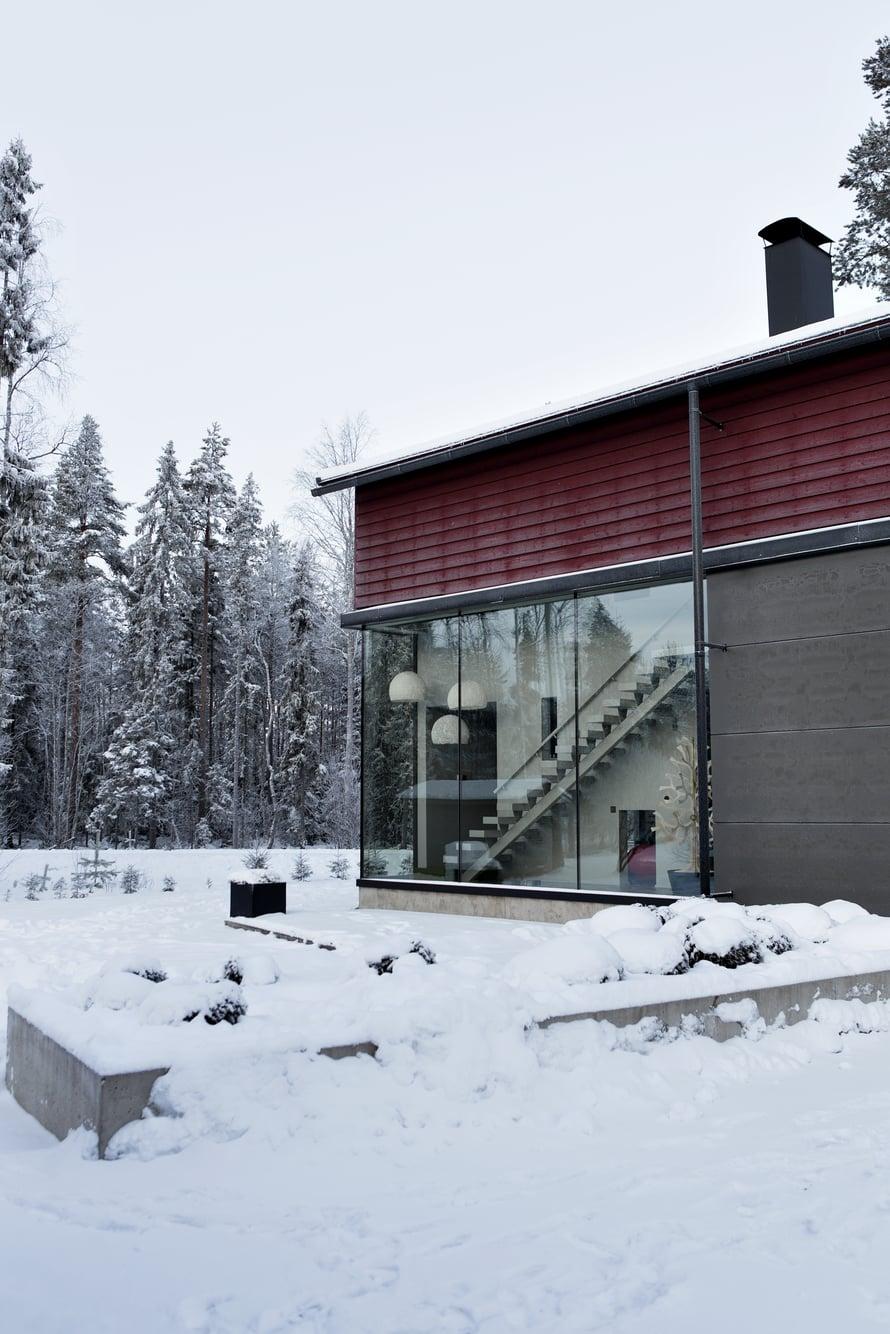 Suuret ikkunat ovat Finnglassin toimittamat. Lasin sisällä on lämpöjohdot, jotka estävät pinnan huurtumisen ja jäätymisen talvella.