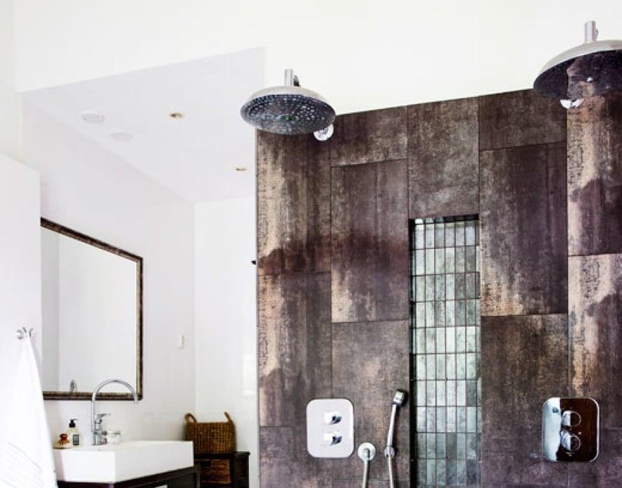 <p><p>Kylpyhuoneessa on yhdistelmä erikokoisia laattoja. Isot laatat ovat Tau Ceramican Metal Corten -mallia makuuhuoneen lattian tapaan.</p></p>