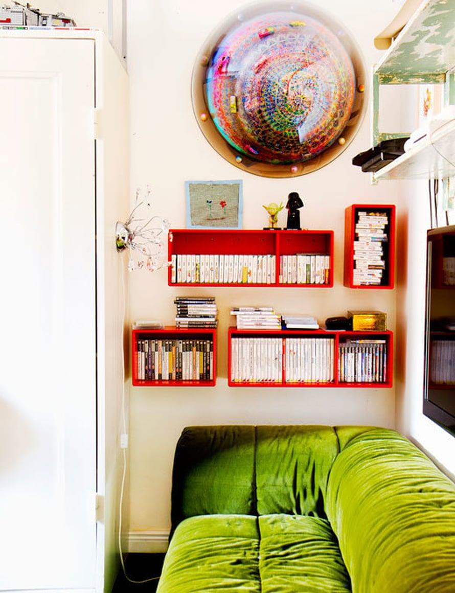 <p><p>Nannan Raffaello-pojan huone pursuaa väriä. Strips-sohva on verhoiltu plyysillä. Sohvan yläpuolella komeilee Harri Kiven teos Tunturiralli, jonka poika on itse valinnut.</p></p>