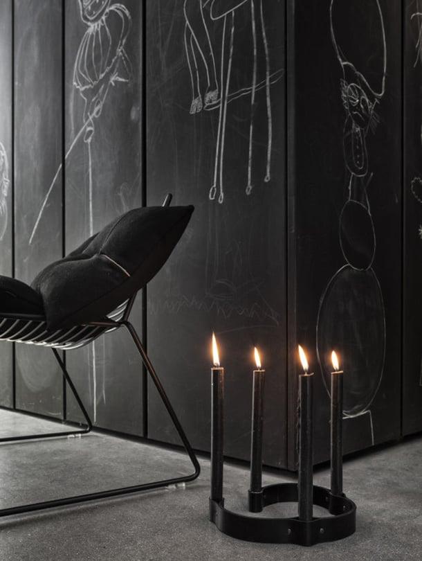 """Tanskalaisen By Wirthin nahkavy&ouml;lt&auml; n&auml;ytt&auml;v&auml;ss&auml; Belt 4 Candle -kynttil&auml;njalustassa on persoonaa ja tunnelmaa. Huomioi my&ouml;s hauska liitutaulumaalattu paneelisein&auml;! Kuva: <span class=""""photographer""""><a href=""""http://bywirth.dk"""" target=""""_blank"""">By Wirth</a></span>"""
