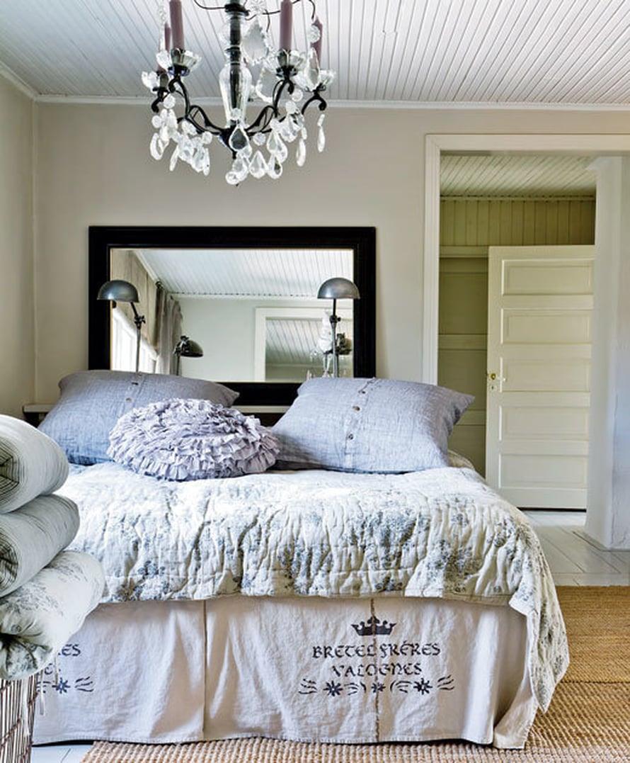 <p><p>Makuuhuoneessa nukutaan kauniissa pellavalakanoissa kattokruunun alla. Sängyn päädyssä on alkuperäiskuntoinen fasettihiottu empirepeili.</p></p>