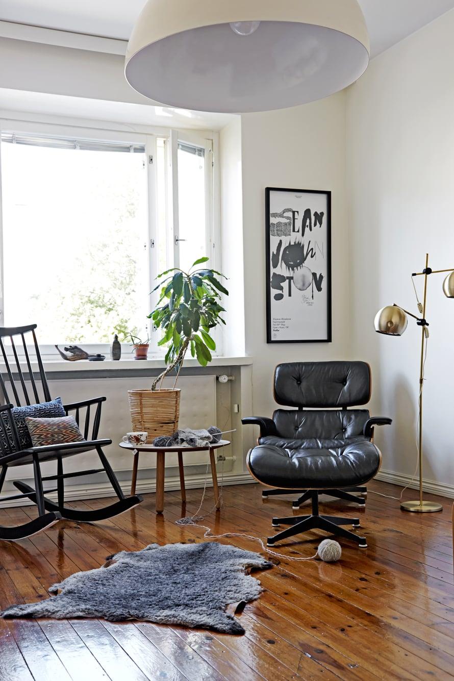 Pihanpuoleisessa oleskeluhuoneessa katsellaan televisiota. Vanha keinutuoli on peritty. Herman Millerin Eames Lounge Chair ja Ottoman ovat hankintoja Berliinistä. Jalkavalaisin on kirpputorilöytö Norjasta.