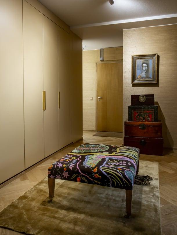 Finarten viskoosimatto sopii yksiväriseen tunnelmaan. Vanhat kiinalaiset arkut ja Teemu Korpelan maalaus näkyvät kodin ruokailutilaan. Kalanruoto- parketti on Floordecorin.