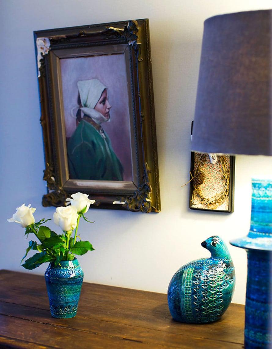 Vanha tamminen kaappi on alun perin Ranskasta. Sen Hanna löysi kotiinsa antiikkiliikkeestä. Lipaston päällä on vaihtuva asetelma, tällä kertaa ruusuja ja Bitossin keramiikkaa.