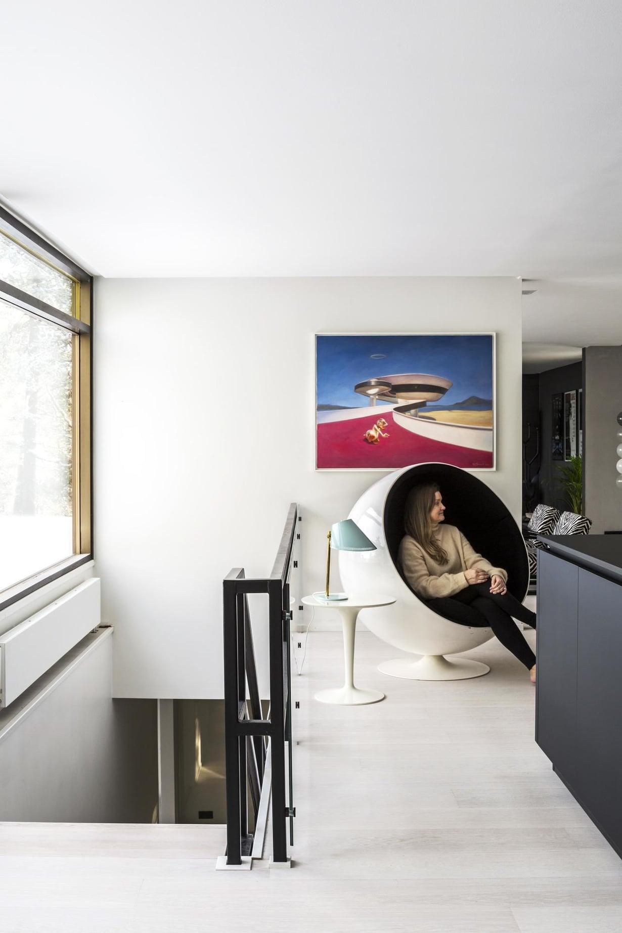 Keittiötilassa voi istuskella Eero Aarnion Pallotuolissa katsellen paraatipaikalta maisemaa. Pikkupöytä on Philippe Starckin Kartellille suunnittelema Tip Top. Pöydällä on Paavo Tynellin valaisin.
