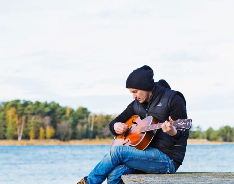 """<p><p>""""Löysin kitaran kirpputorilta Turusta. Se on vuosimallia 1946 ja tuo mieleen Tapio Rautavaaran. Tein sillä kaikki kitarasävellykseni uudelle Hurmaan-albumilleni."""" </p></p>"""