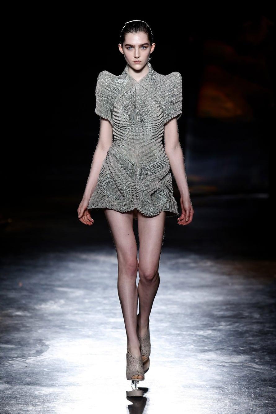 Hollantialaisen Iris van Herpenin, 31, futuristinen, osin 3D-tekniikalla toteutettu mallisto oli huikean kaunis. Osalla malleista oli Finskin kengät! Hienoa Julia Lundsted!