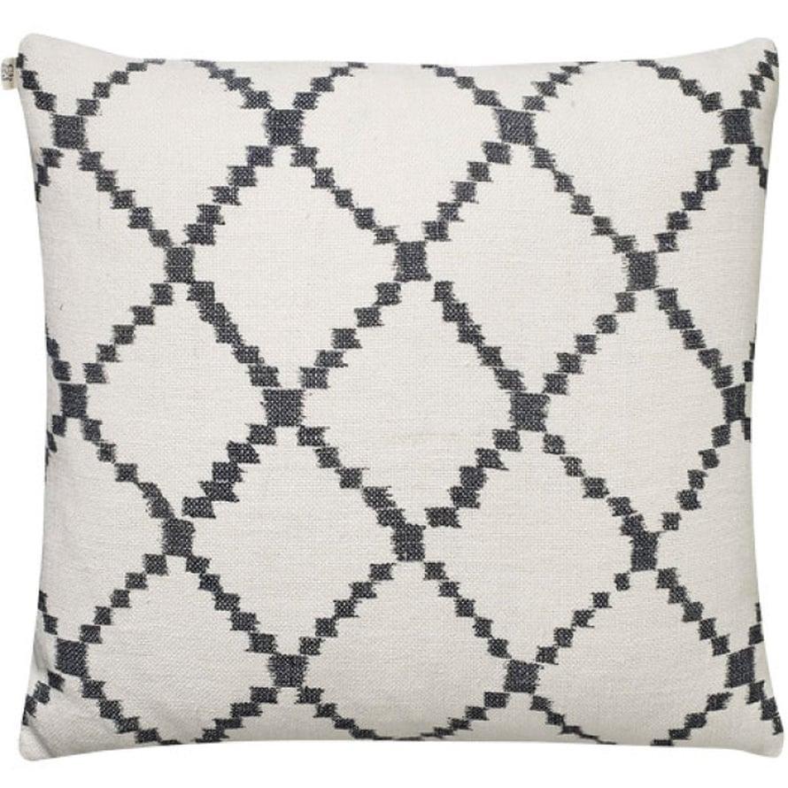 Pellavasta valmistettu Ikat Kerala -tyynynpäällinen on koristeltu trendikkäällä ruutukuvioinnilla, 65 e, Room21.fi.